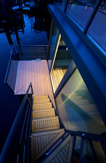 Direkte adgang fra stuen til tagterrassen via den flotte teaktræs trappe