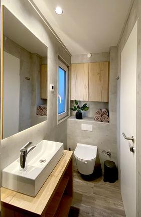 Væghængt toilet og masser af skabsplads