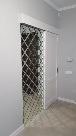 Зеркальное панно с дверью