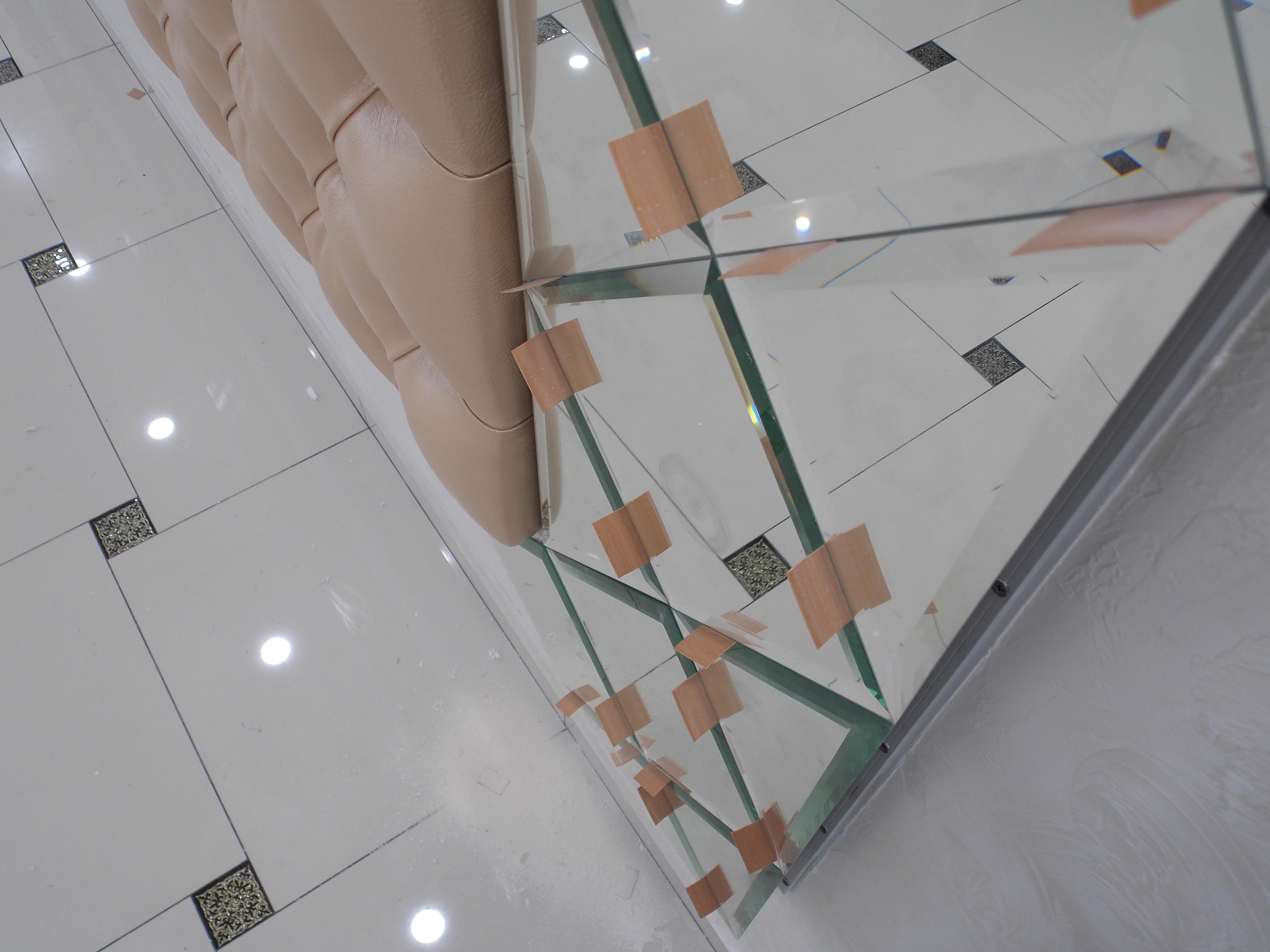 Процесс укладки зеркальной плитки