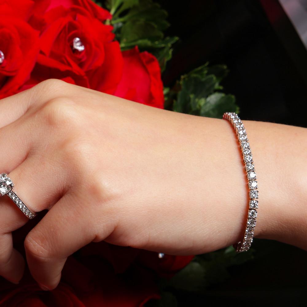 Diamond tennis bracelet set in 18K white gold