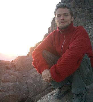 Professor Dragos Calin do InYoga Online