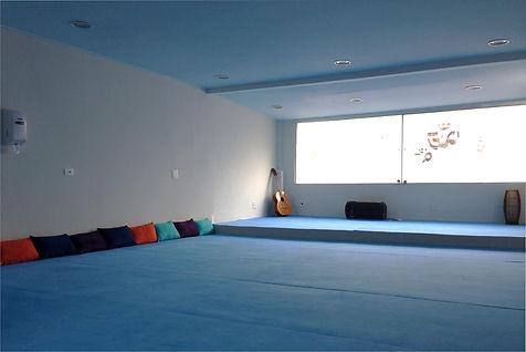 Sala de Yoga com Tapete de Yoga Azul