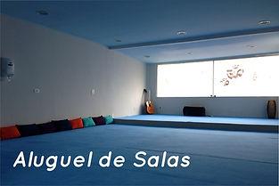 Sala de Prática de Yoga revestida com tapete de yoga azul