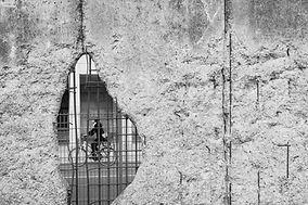 Cyklista přes sutinu
