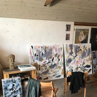 Lærrederne males først i en abstrakt bund af bevægelse og energi, derefter males det figurative motiv ind i billedet