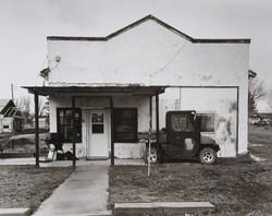 アメリカで一番小さな家に小さな車が置いてあった。