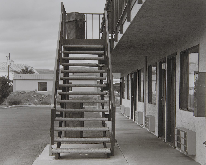 モーテルの1階はこの階段を上がらなくて良い。