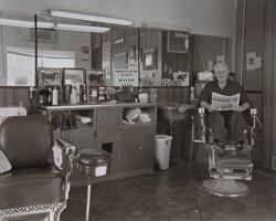 窓の中を覗くとオーナーが椅子に座って新聞を読んでいた。