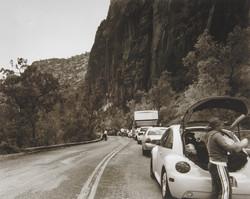 長い渋滞が続く。皆、思い思いに寛ぎ始める。