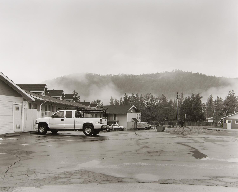 夜に降った雨が路面を濡らし、山間から白いもやがたつ。
