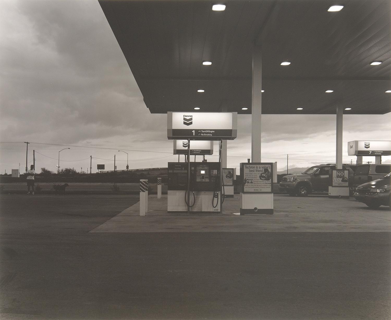 アリゾナに入る手前で給油する。こんな大きなカメラ珍しいんだろうな。
