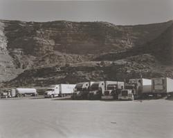 山々を背にしてきちんと並ぶケンワーストラック。