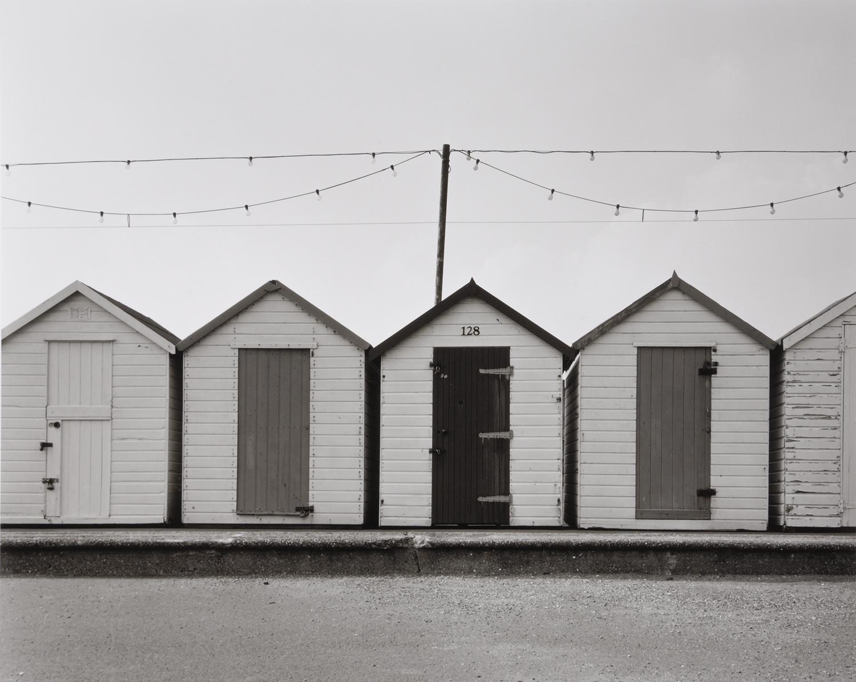 海岸線には住民の為の倉庫が建っている。