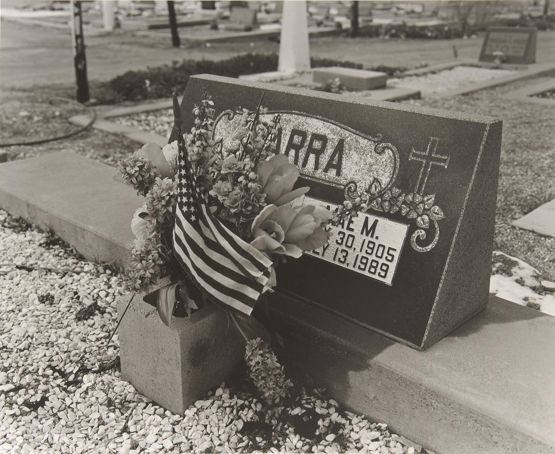 郊外にはセメタリーを多く見かける。若くして亡くなった墓碑は悲しいものだ。