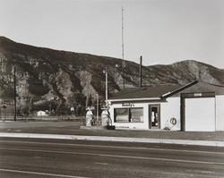 山間に小さなガスステーションがぽつんとあった。