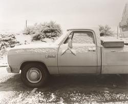モーテルの駐車場の車も雪をかぶっている。ロッキー山脈の仕業だ。
