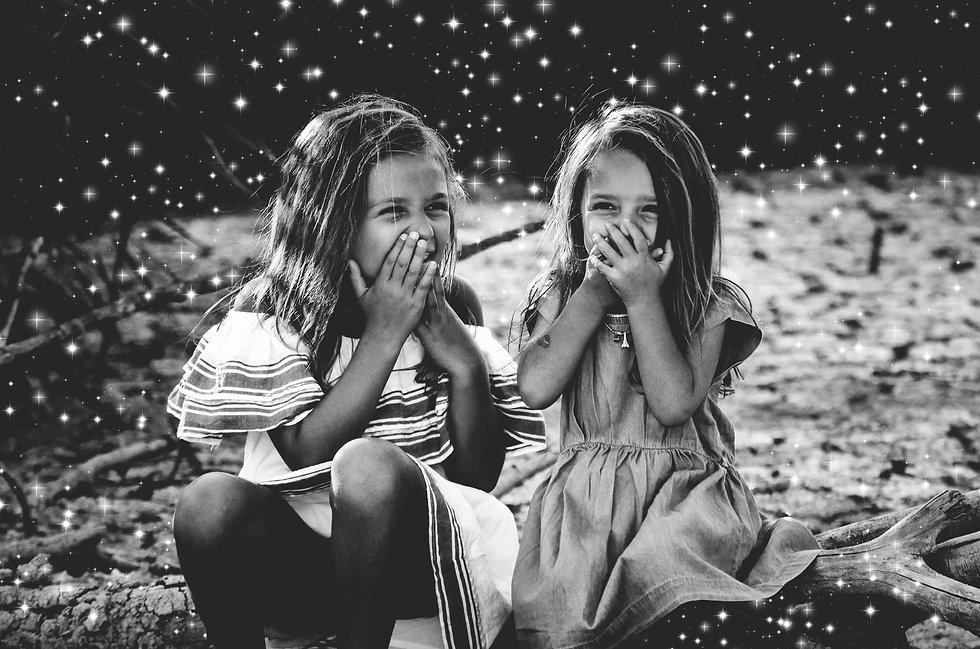 zwei lachende Mädchen schwarz weiss mit