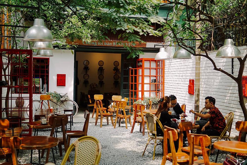 sân nhà với bàn ghế để uống cafe