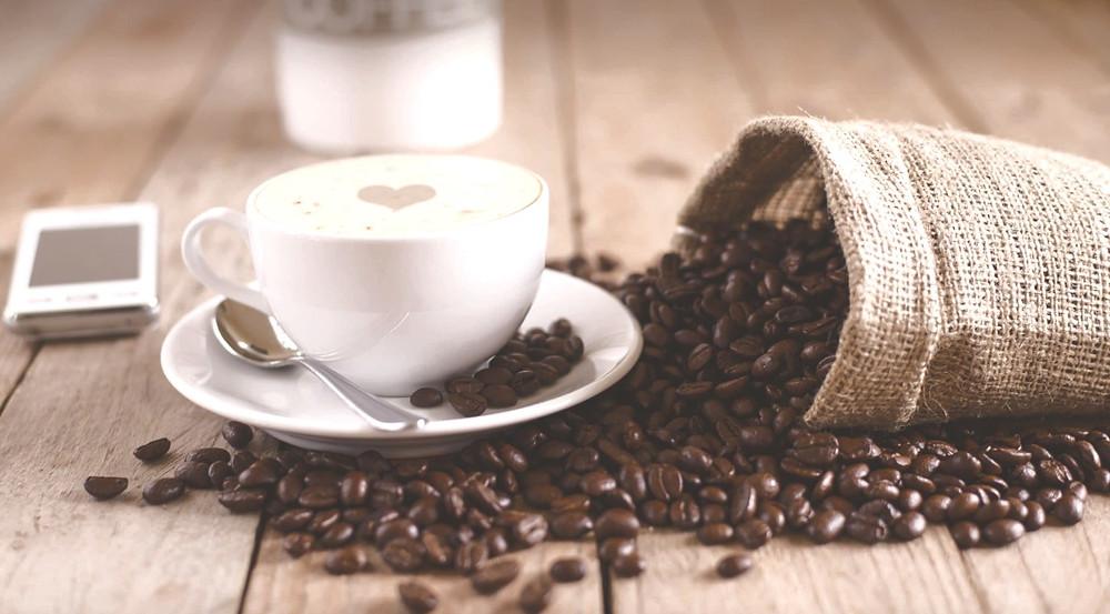 cafe và hạt cafe trên bàn