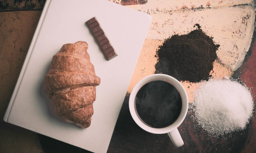 cafe cùng đường và bánh sừng bò