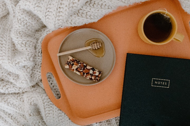 nhâm nhi cafe mật ong trên giường