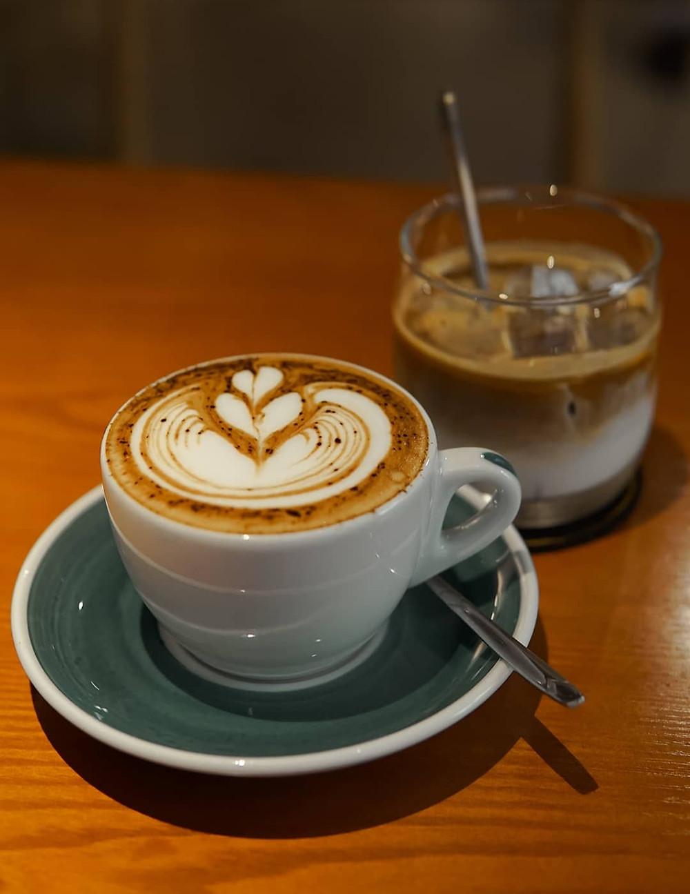 cốc cà phê Mocha và bạc xỉu