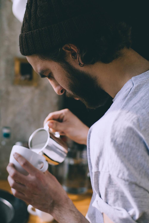 Barista đánh sữa cùng cafe