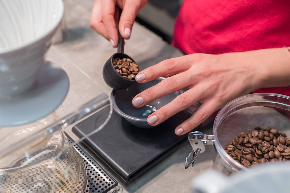barista đang sơ chế hạt cafe