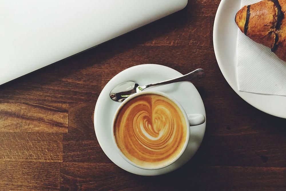 cafe mocha cùng bánh sừng bò