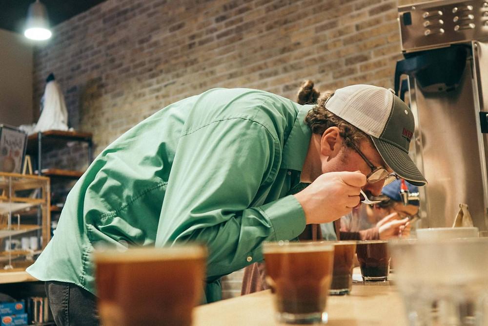 barista đang kiểm tra mùi vị cafe