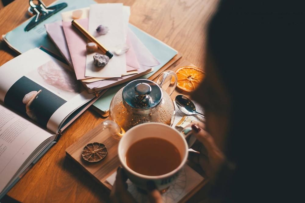thưởng thức espresso và đọc sách