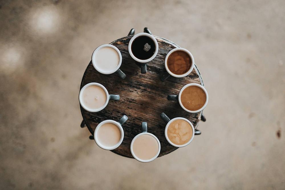 nhiều cốc cà phê hương vị khác nhau xếp thành vòng tròn