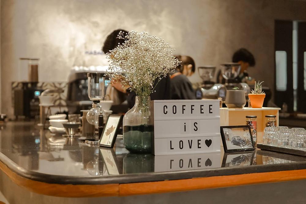 quầy pha chế cà phê, trang trí phụ kiện chữ và bình hoa