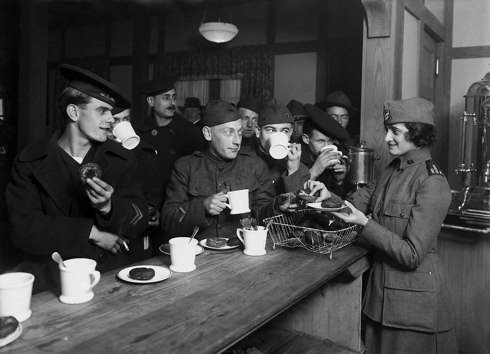 binh lính uống cafe trong một quán bar