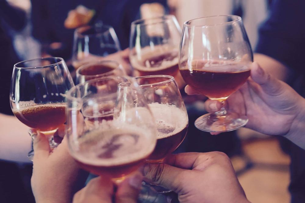 cụng ly rượu trong bữa tiệc