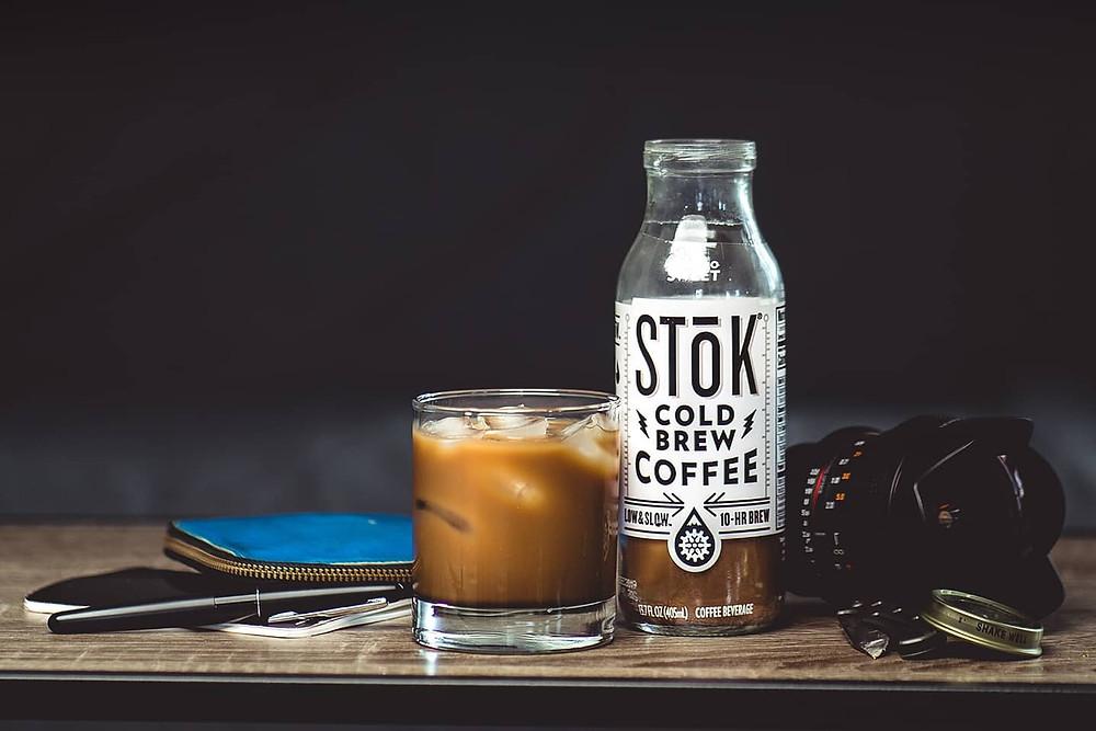 chai cà phê, cốc cà phê, máy ảnh, hộp bút, túi đựng đồ
