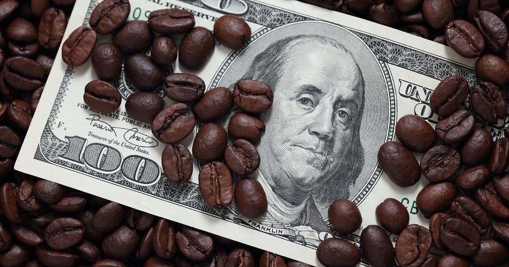 một tờ điền USD đặt trong vốc hạt cafe