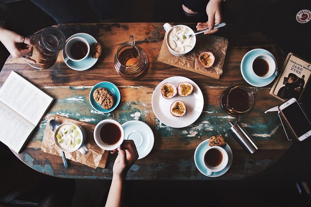 bàn cafe đông người thưởng thức