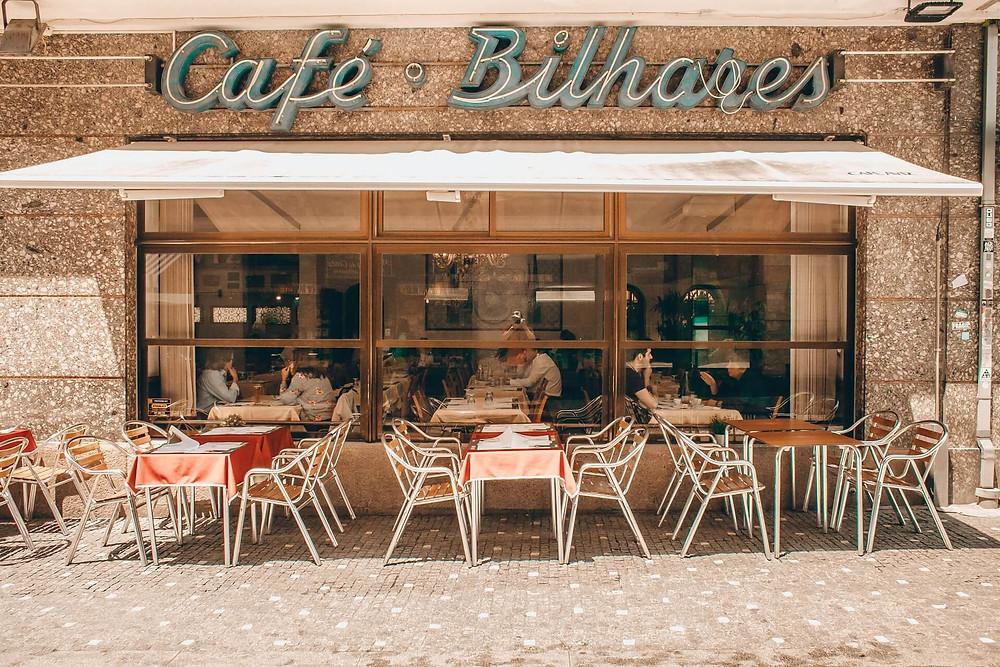 khung cảnh mặt tiền quán cafe