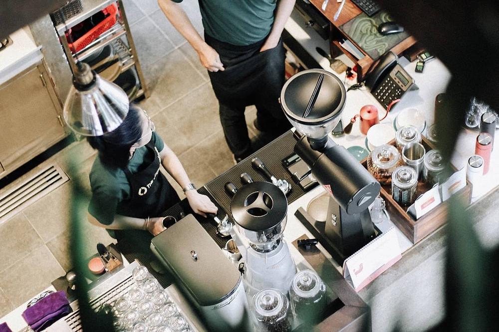 khung cảnh quầy pha chế của quán cà phê