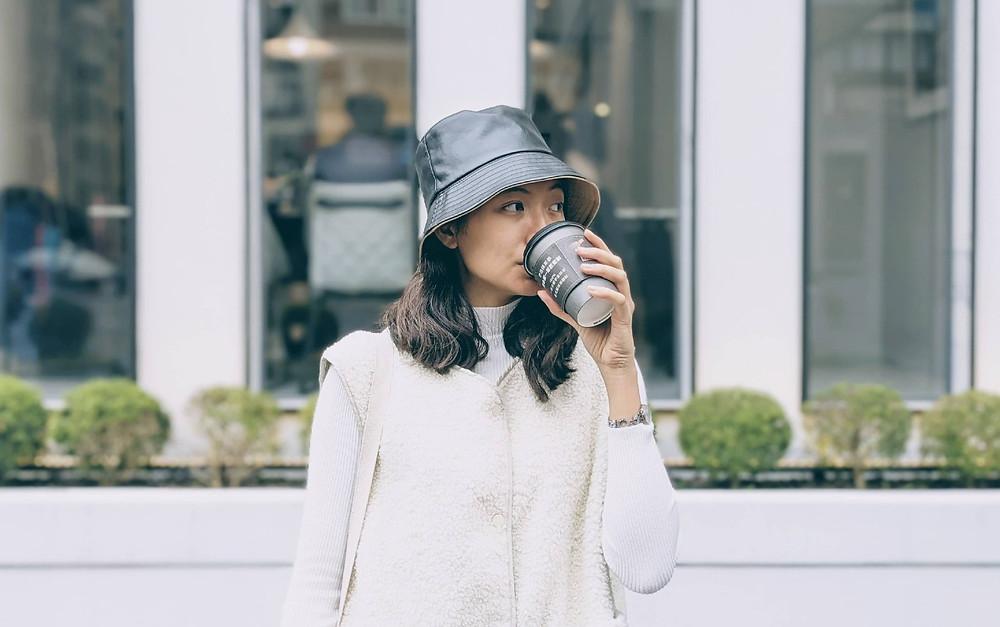 cô gái tạo dáng uống cafe