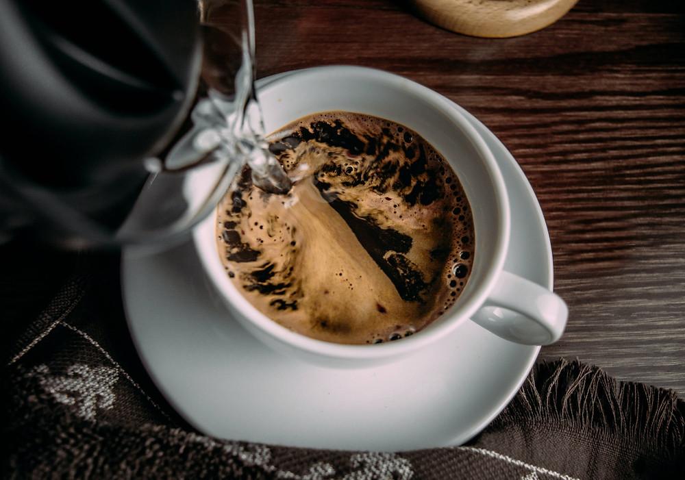 pha cafe hòa tan ra cốc