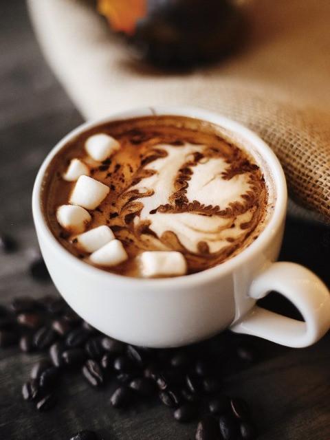 cafe mocha trang trí cùng kẹo dẻo