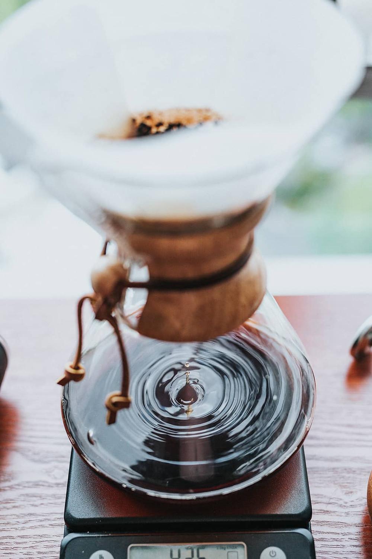Lọc cà phê qua giấy lọc vào chai