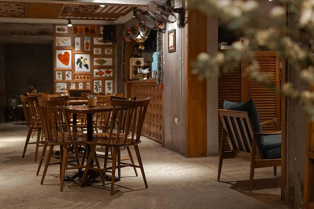 không gian quán cà phê, bàn ghế và quầy pha chế