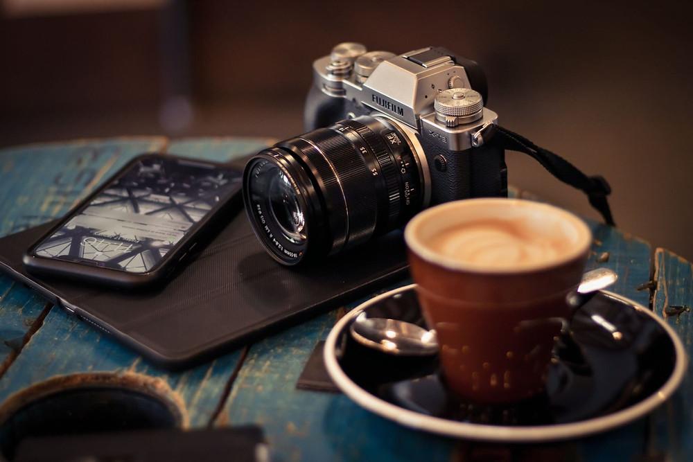 cafe và máy ảnh trên bàn