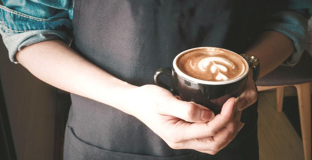 barista pha xong cafe latte