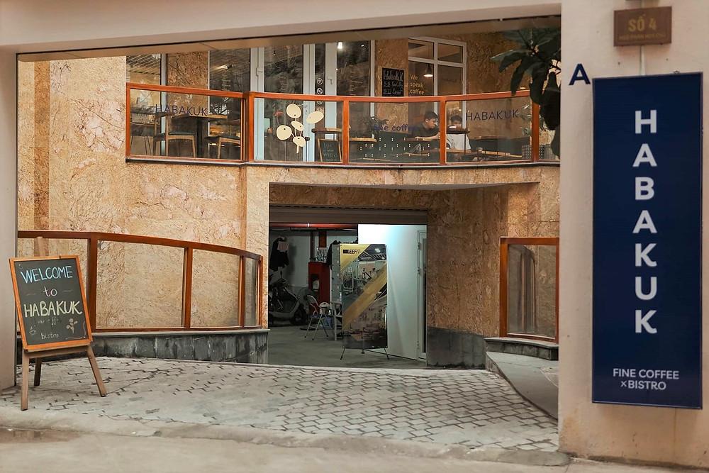 lối vào chung cư có tầng trệt là Habakuk cafe
