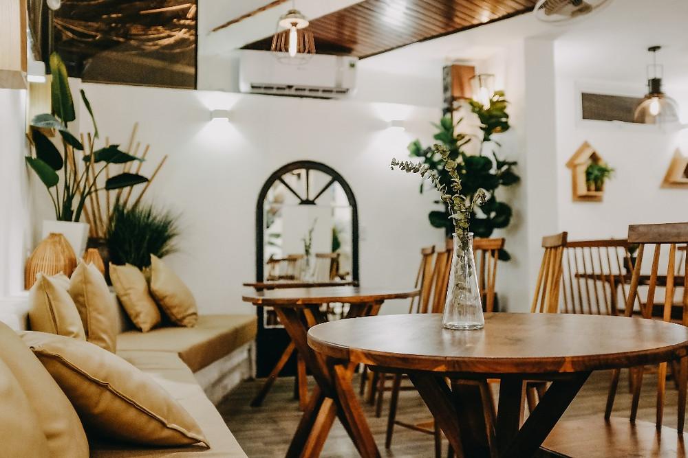 bàn ghế của quán Oromia Coffee